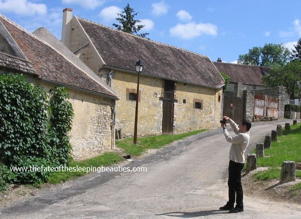 Kay Hottendorff taking photos outside the famous Sleeping Beauties garden south of Paris, France (photo A. op de Weegh, 2007)